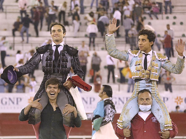 Juan Pablo y Valadez salen a hombros en León