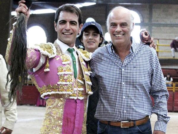 Arturo Macías corta un rabo en Puebla
