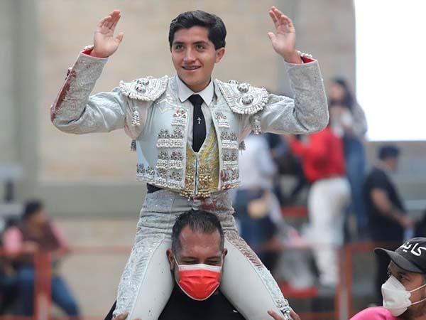 Luis Martínez sale a hombros en Puebla