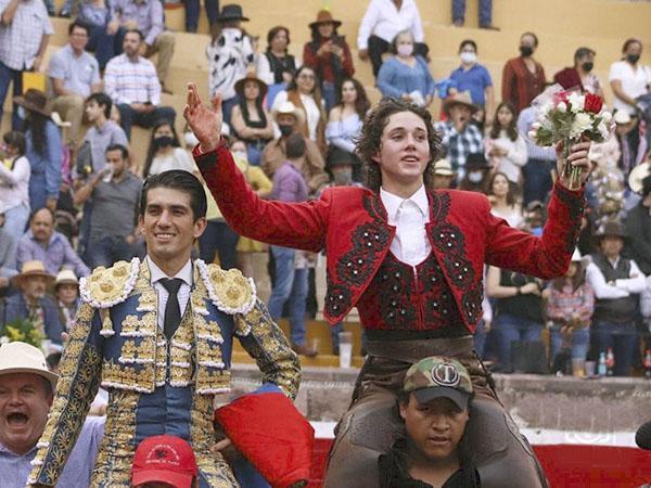 Calita y Tarik salen a hombros en San Miguel