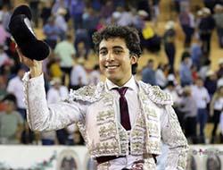 Leo Valadez triunfa en Autlán