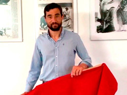 Paco Ureña dona histórica muleta